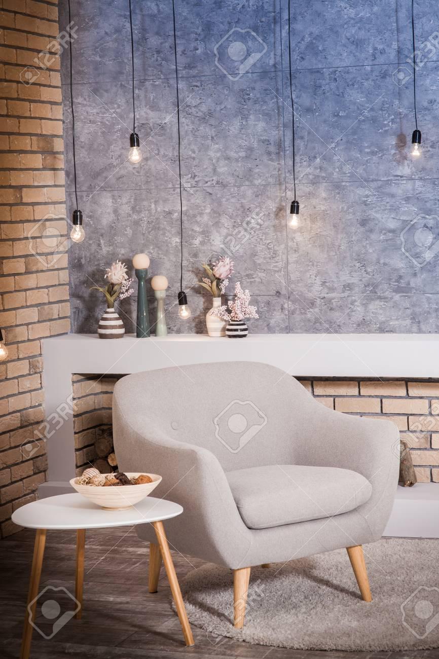 Moderne Graue Stuhl Im Loft-Stil Zimmer, Dekoriert Glühbirnen Gegen ...