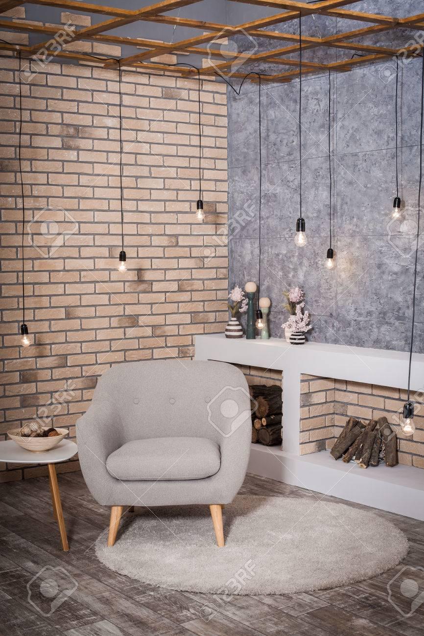 Design contemporain du salon. Cheminée de style Loft, fauteuil confortable  Big