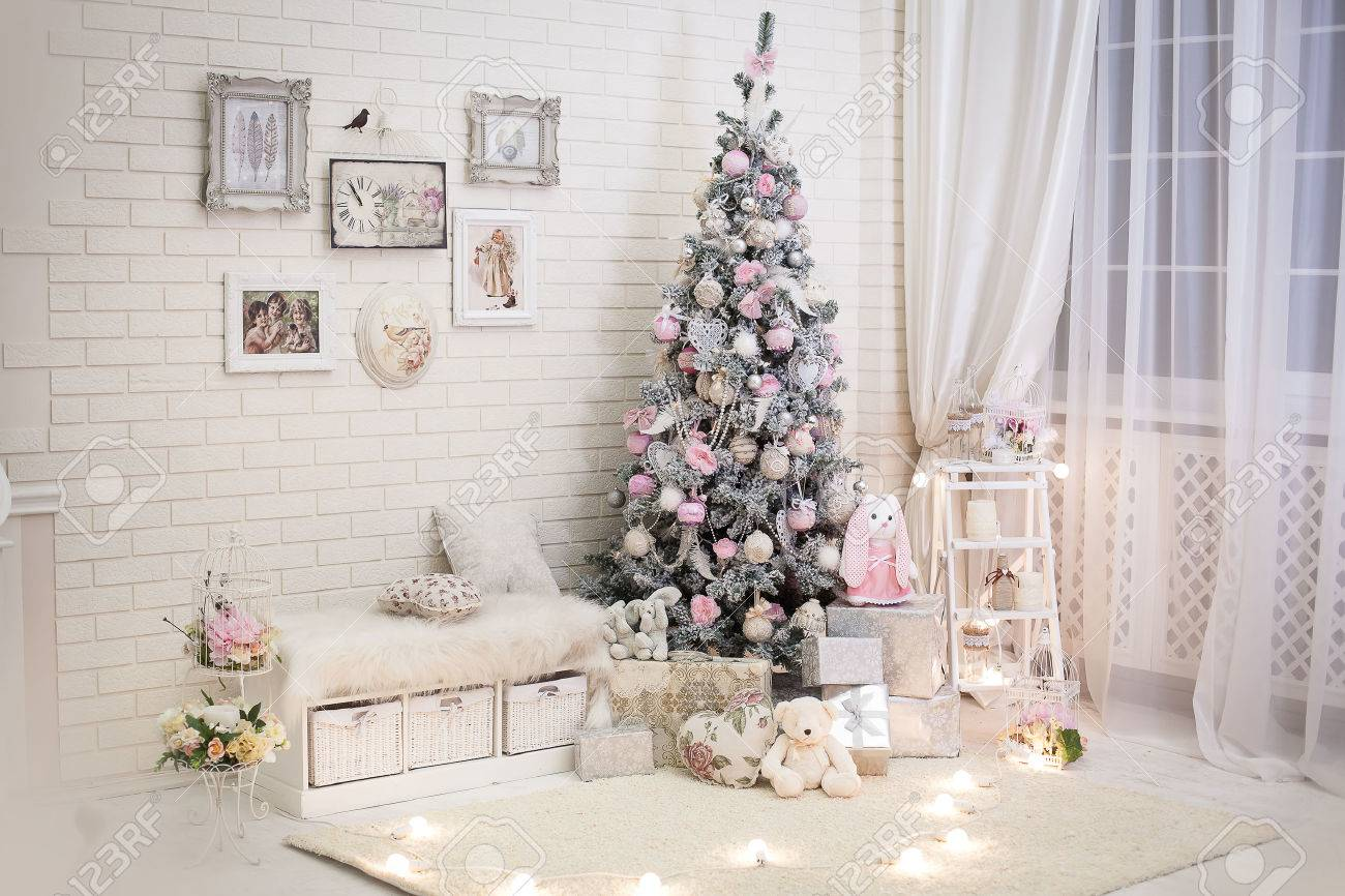 Chambre De Noël Dans Le Style Shabby Chic. Décoré Arbre Nouvelle ...
