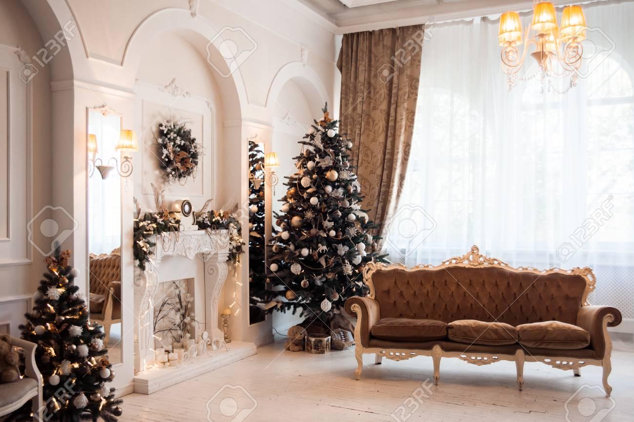 Standard Bild   Winter Neujahr Und Weihnachtsdekoration Im Weißen Großen  Wohnzimmer . Dekoriert Weihnachtsbaum In Der Nähe Von Gefängnis Und  Klassischen ...