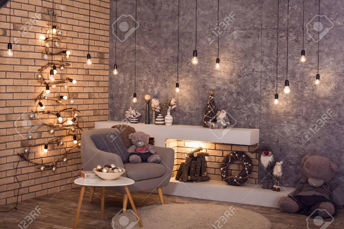 ... Mur De Briques De La Chambre De Style Loft Avec Une Guirlande  Du0027ampoules Brûlantes Et Une Cheminée Moderne. Intérieur En Hiver Scandinave  De La Pièce.