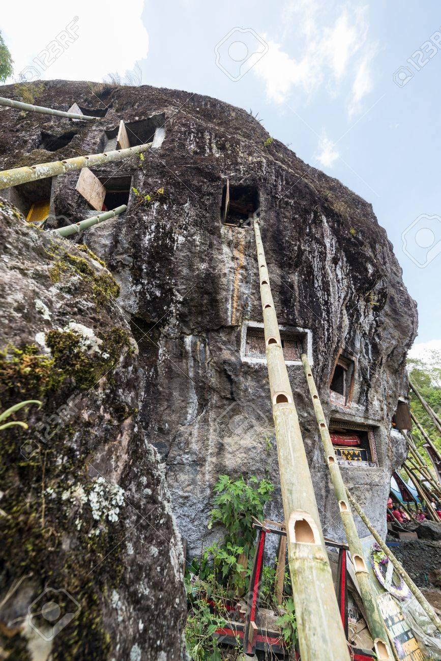 tumbas abiertas en un acantilado con escaleras de bamb para el acceso durante la ceremonia de