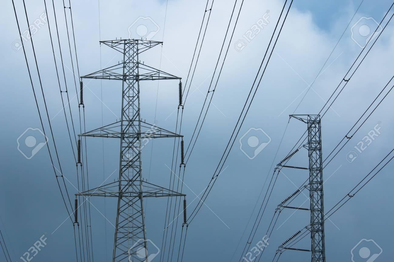 Postes De Alta Tensión Como La Estructura De Celosía Con Fondo De ...