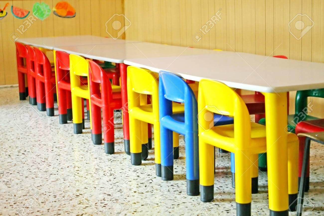 Chaises Vides Dans Une Salle A Manger Dune Ecole Maternelle Banque