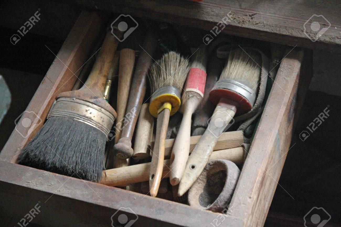 Herramientas En Un Experto En Carpinter A Taller Polvoriento En La  ~ Restauraciã³n De Muebles Antiguos