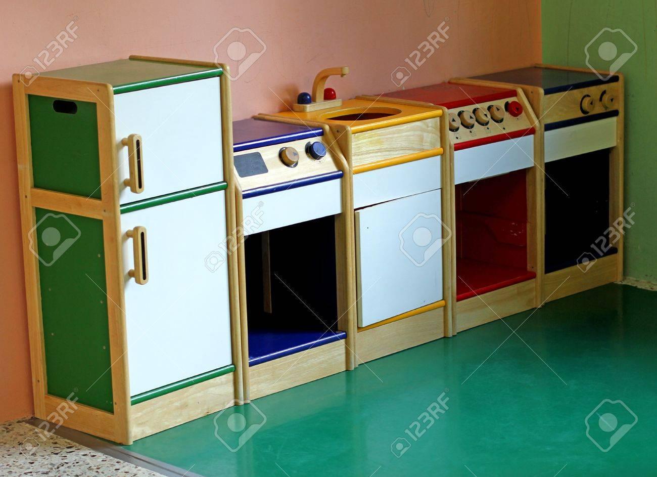 Kleine Hölzerne Spielzeug Küche Zu Spielen Und Unterhalten Die ...