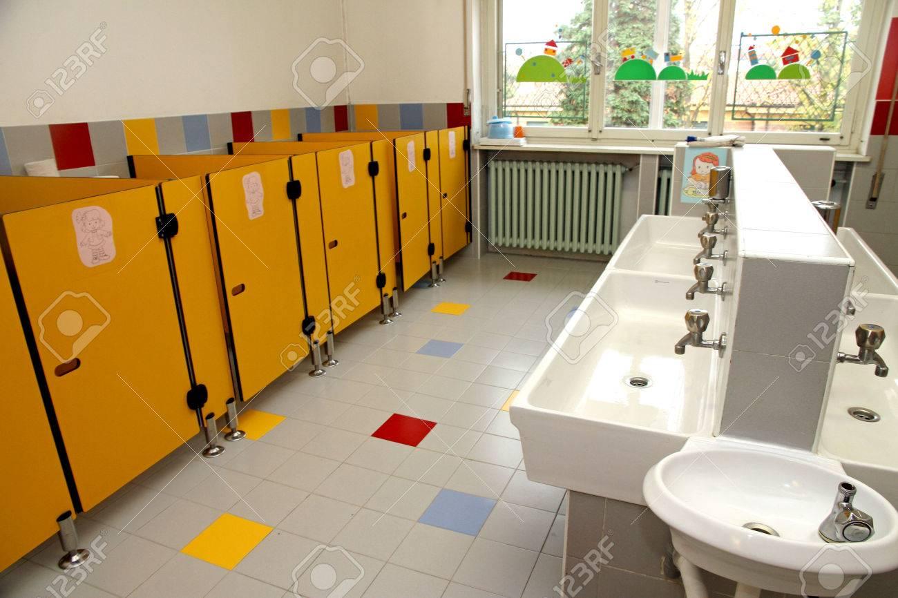 archivio fotografico bagni per bambini di un asilo