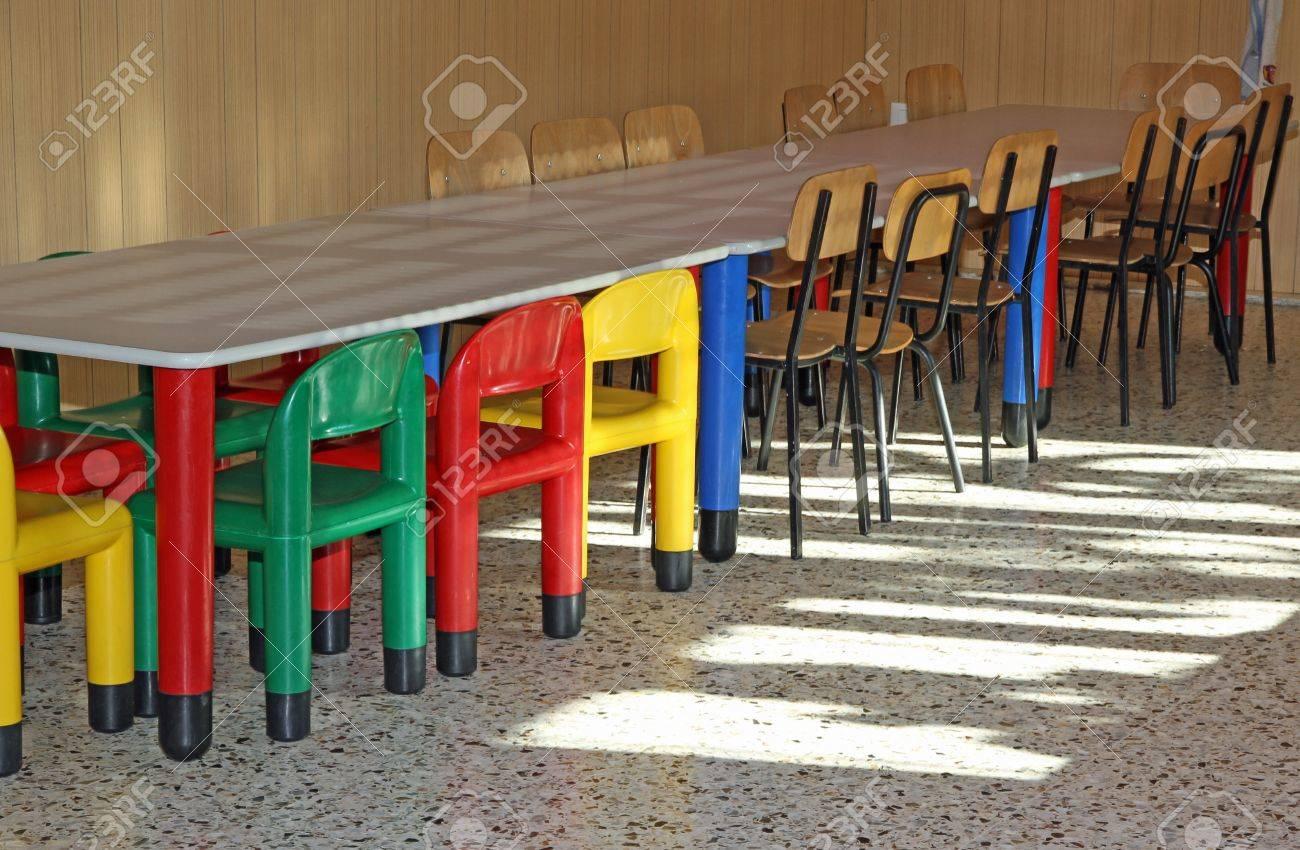 Colorati Piccole Sedie Di Plastica In Mensa Scuola Materna Per I ...