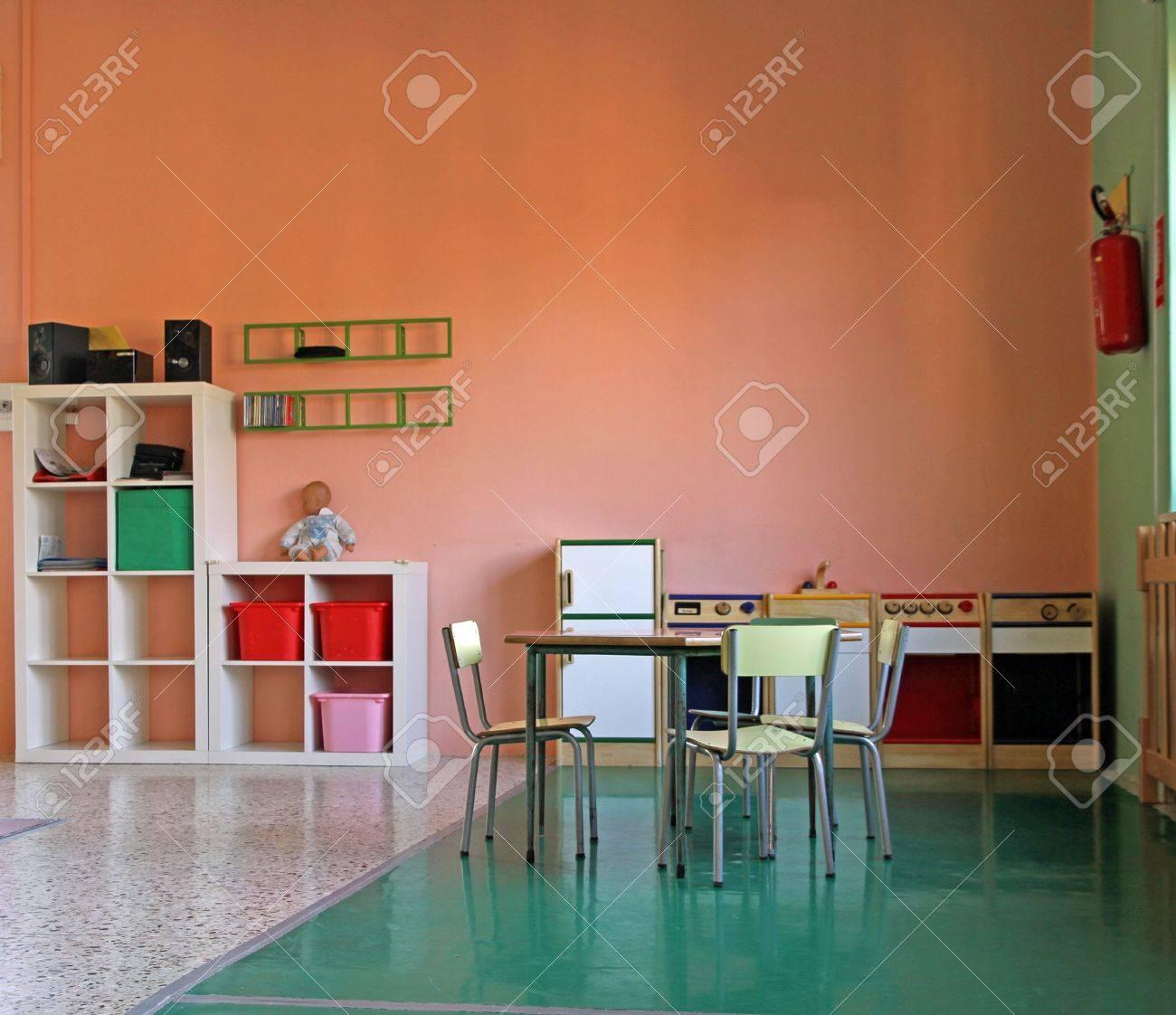 Spiel-Ecke Mit Einer Kleinen Küche Spielzeug Für Kinder Im ...