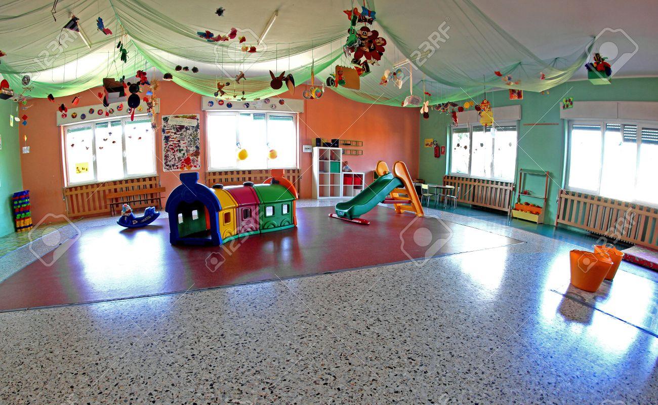 Amplio Salón Importante Centro Guardería Con Muchos Adornos Y Decoraciones De Navidad Y Muchos Juegos Para Los Niños