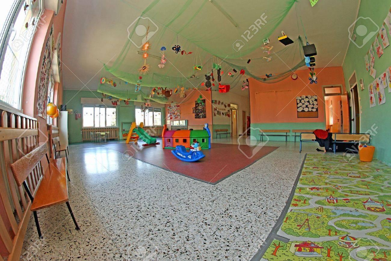 Espacioso Lounge Centro Guardería Con Muchos Adornos Y Decoraciones Y Muchos Juegos Para Los Niños