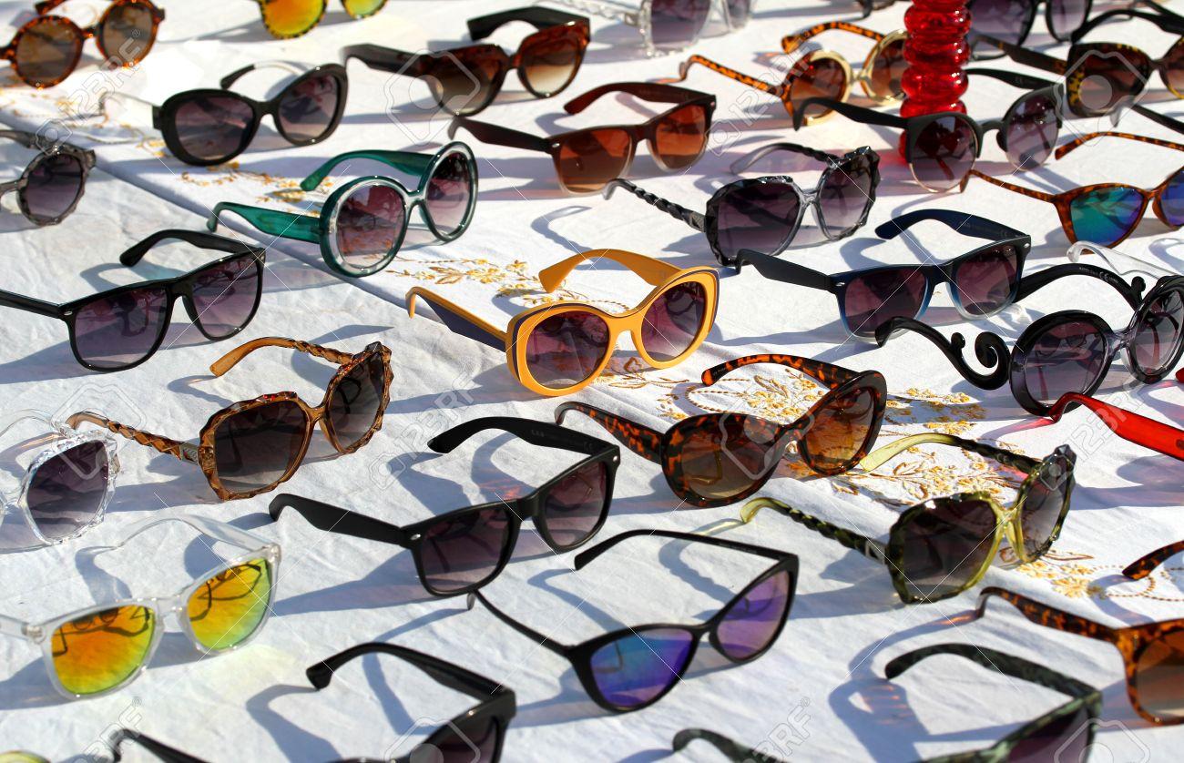 Lunettes de soleil avec verres photochromiques à vendre au marché aux puces en Italie