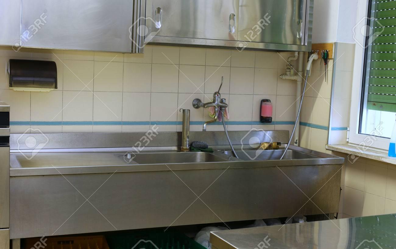 fregadero de acero y la mesa de trabajo en una cocina industrial
