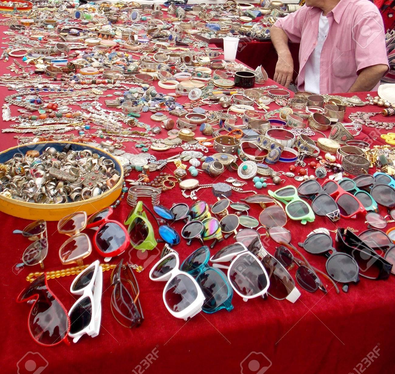 b2813fed3bb5 Foto de archivo - Venta de bisutería y gafas en el mercado de pulgas