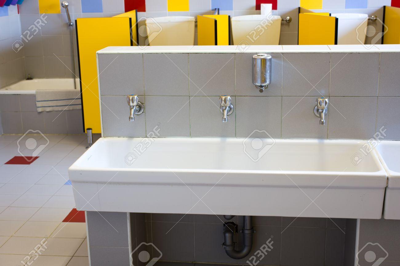 Piccoli bagni di una scuola per i bambini con lavandini in ...