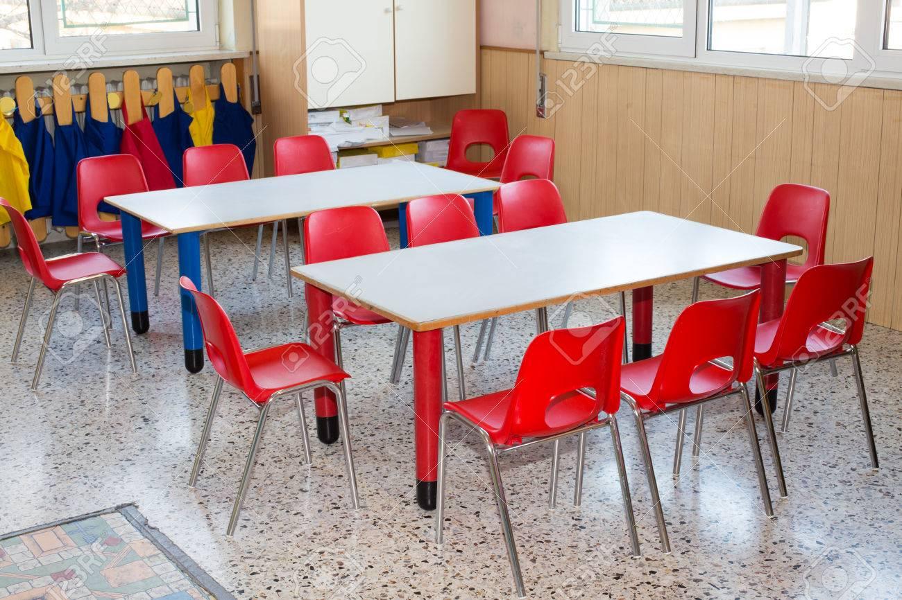 Klassenzimmer Kinderzimmer Mit Kleinen Stühlen Und Kleine Schreibtische Für  Kinder Standard Bild   35104673