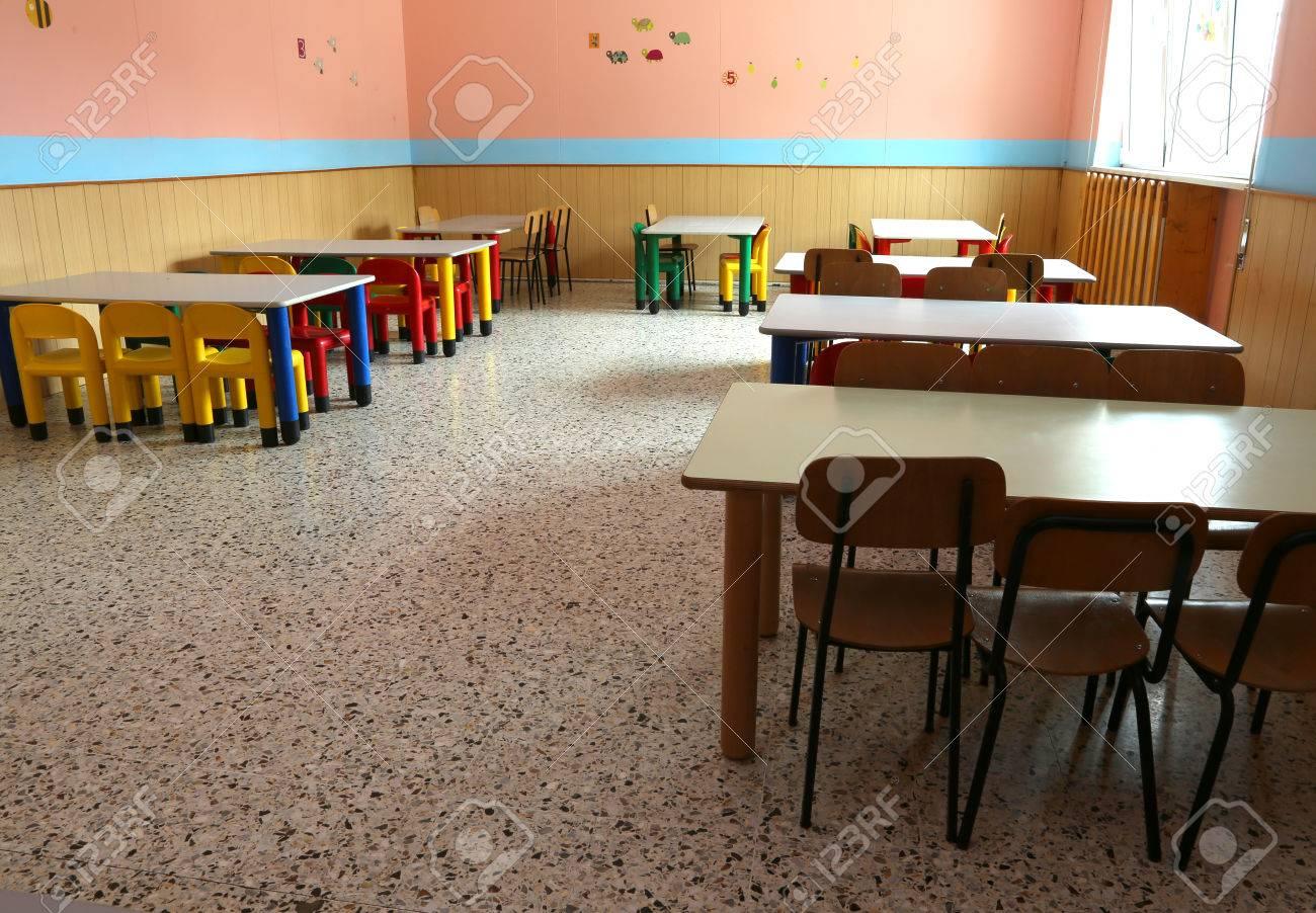 Refettorio Del Vivaio Con Sedie Colorate E Piccoli Tavoli Da ...