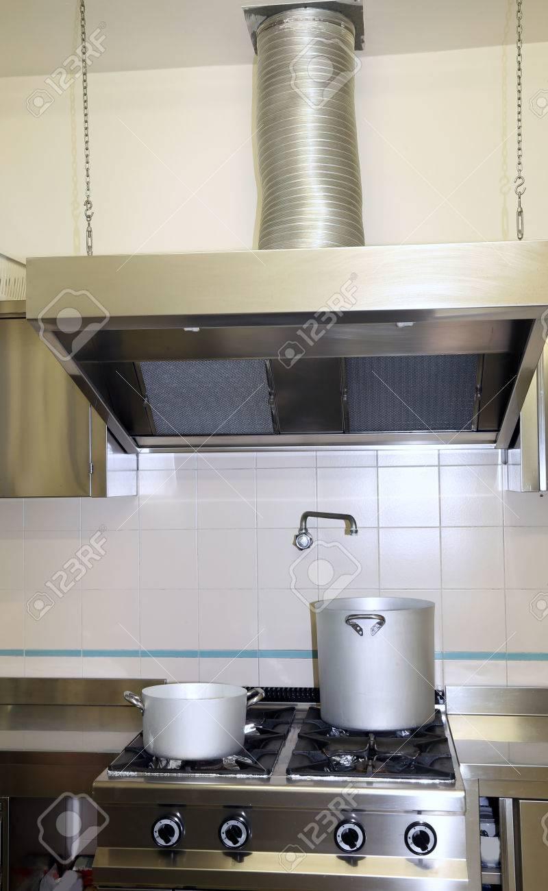 Große Dunstabzugshaube In Der Industriellen Küche Mit Töpfen Auf Dem ...