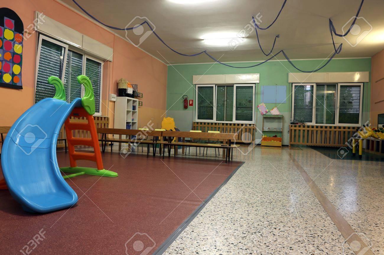 Spielhalle In Einem Kinderzimmer Mit Dem Kunststoff-Rutsche Für ...