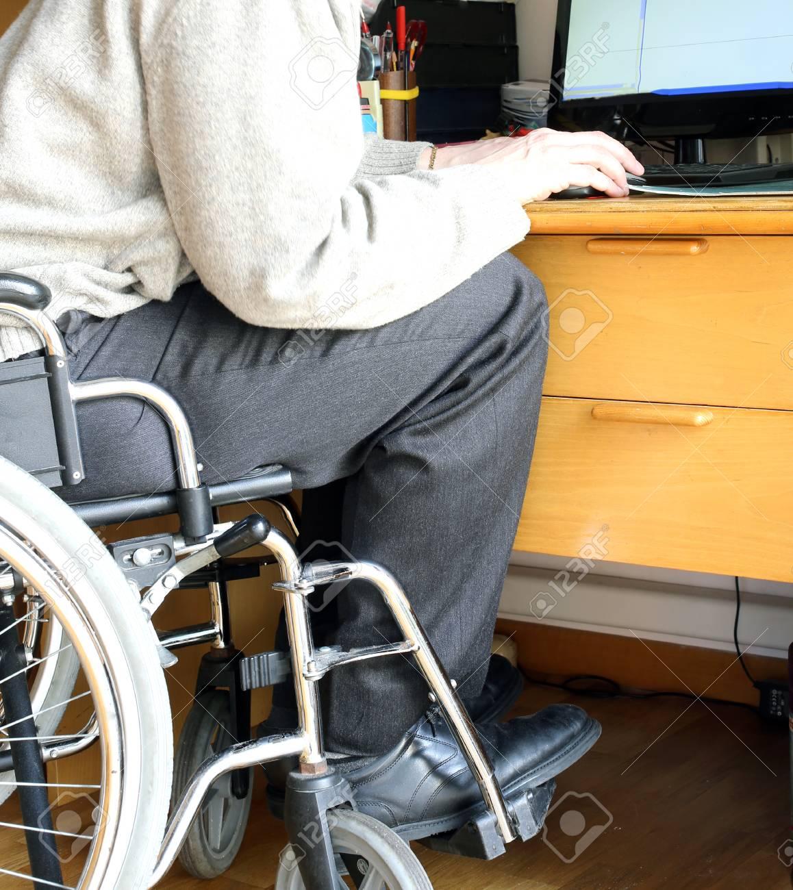 El Persona Ratón Ordenador Ruedas Y Sentada De Una Escritorio Con Silla En Un T1Fc3KlJ