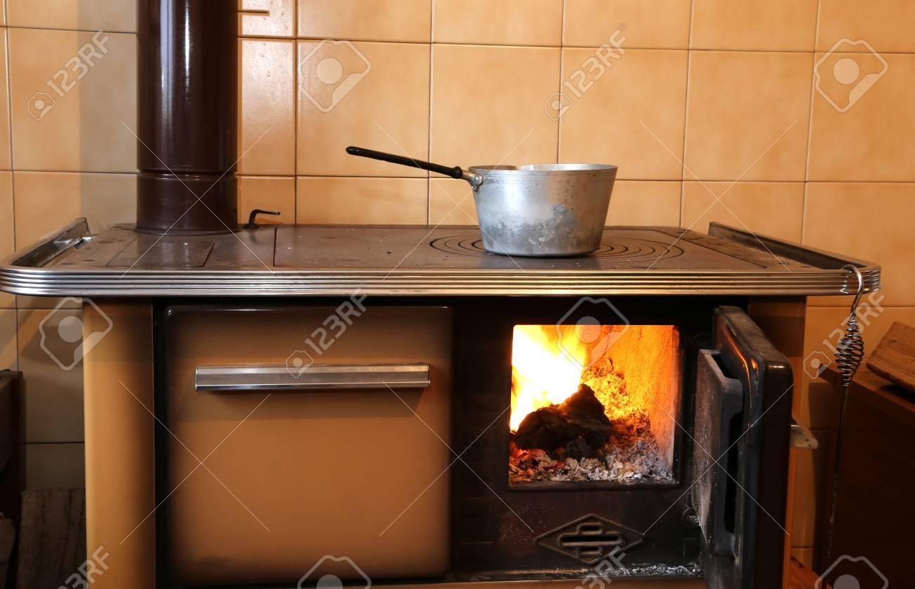 Alte Holzofen In Der Küche Zu Hause Lizenzfreie Fotos, Bilder Und ...