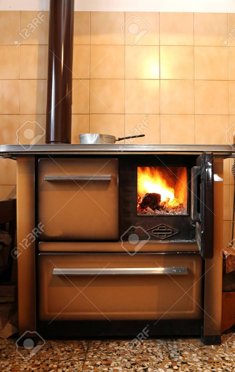 Poêle à Bois Dans La Cuisine De La Maison De Montagne Banque D ...