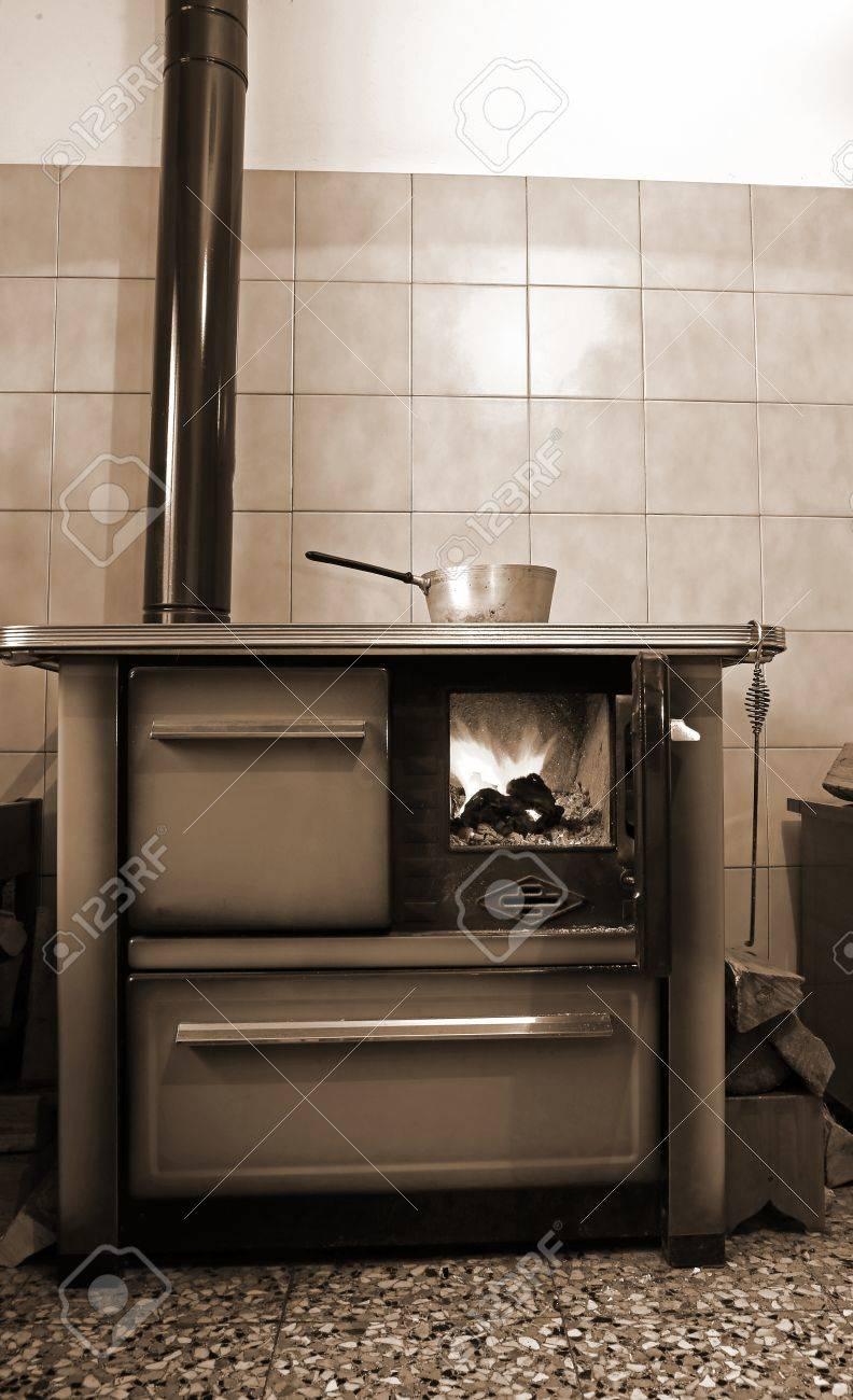 Alte Holzofen In Der Küche Von Bergheim Lizenzfreie Fotos, Bilder ...