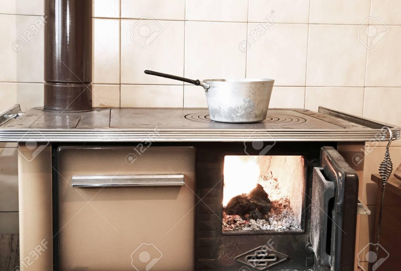 Antica Stufa A Legna Nella Cucina Di Casa Di Montagna Foto Royalty ...