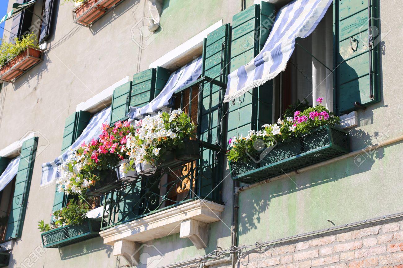 Schon Bepflanzten Balkon Mit Einem Fenster Im Haus Und Viele