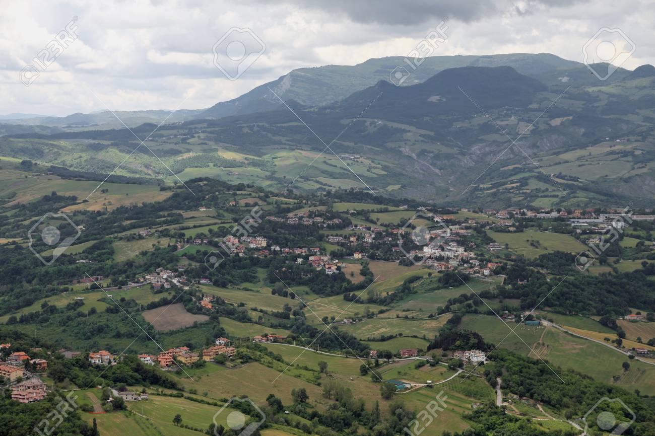 アペニン山脈とイタリアの谷のパ...
