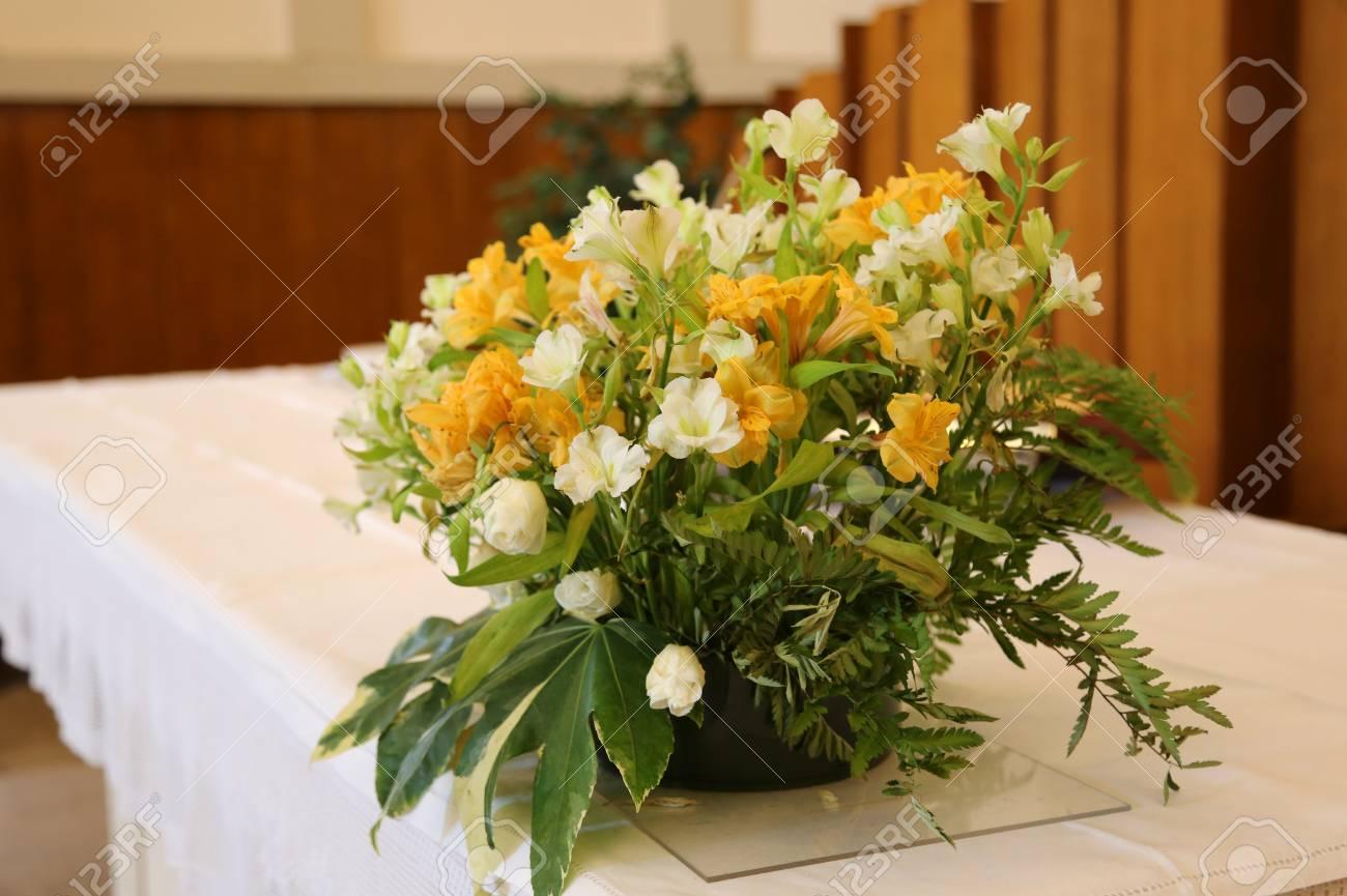 Vase Mit Schonen Blumen Auf Dem Altar In Der Kirche Wahrend Der