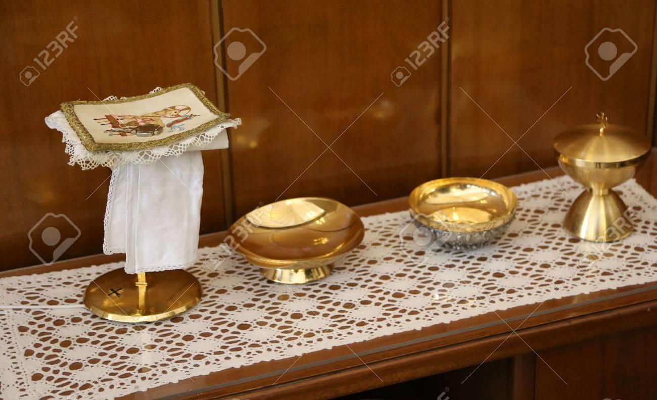 ca36b872ebb Cáliz y la patena de oro para la Santa Comunión en la misa de la ceremonia