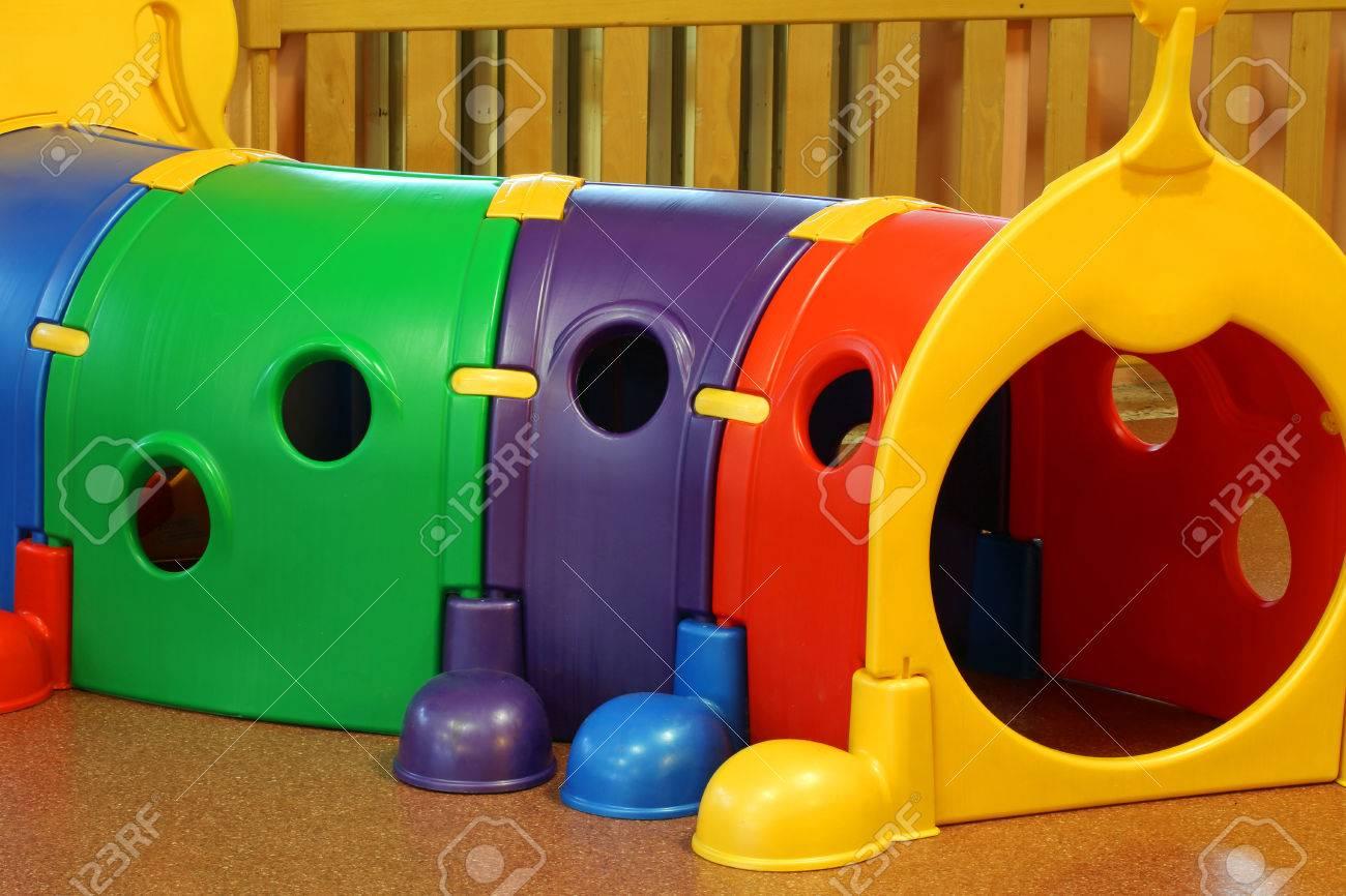 Sala de jardín de infancia con un gran juego de túneles de plástico para  niños en edad preescolar