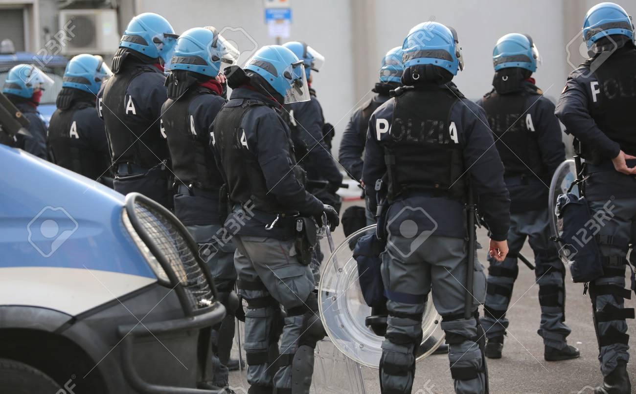 盾と都市のイベント中に暴動鎮圧用装備の警察のグループ の写真素材 ...