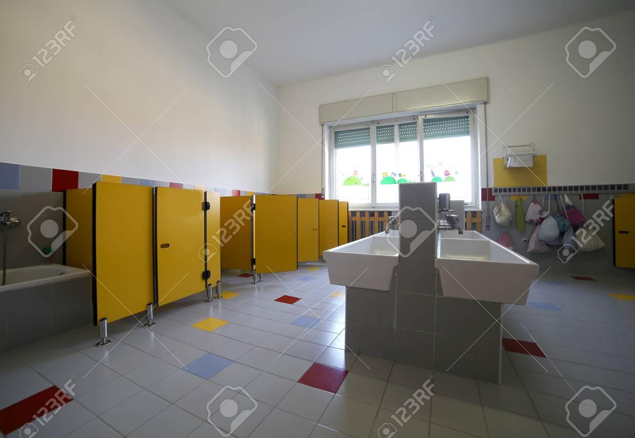 Dentro De Un Gran Cuarto De Baño De Una Escuela Para Niños Fotos ...