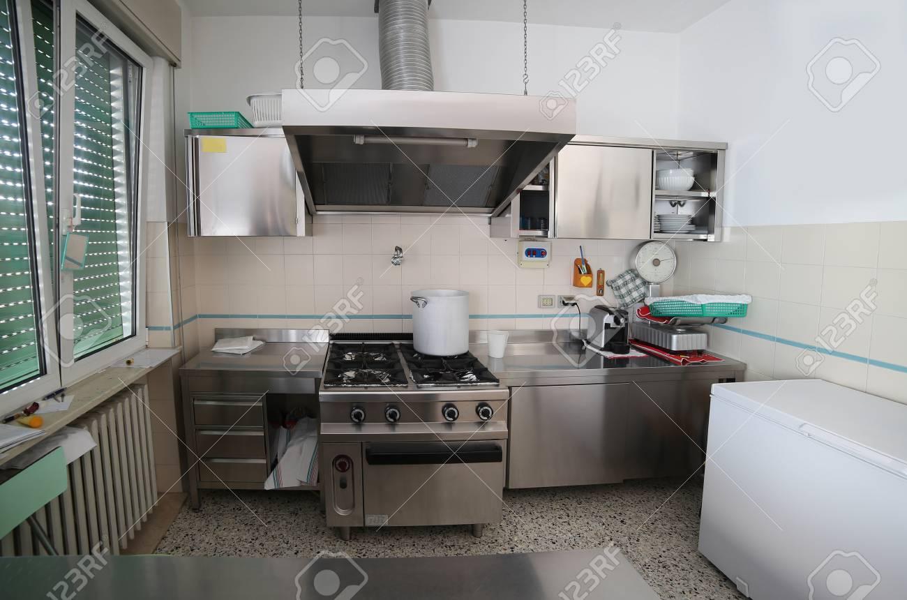 Roestvrij Stalen Keuken : Brede industriële keuken met fornuizen in roestvrij staal en