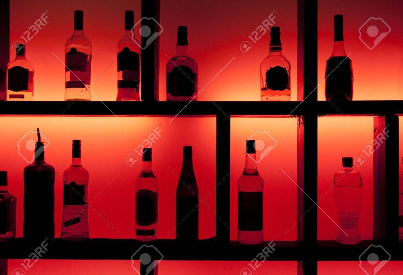 Zurück Lit Flaschen In Einer Cocktail-Bar Lizenzfreie Fotos, Bilder ...