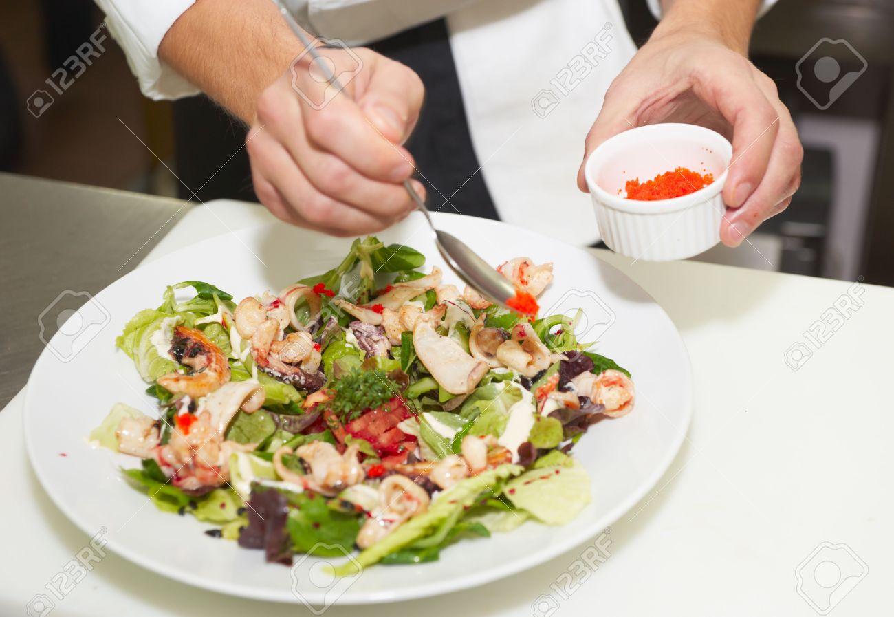 Lo Chef è Decorazione Piatto Antipasto Con Uova Di Pesci Volanti ...