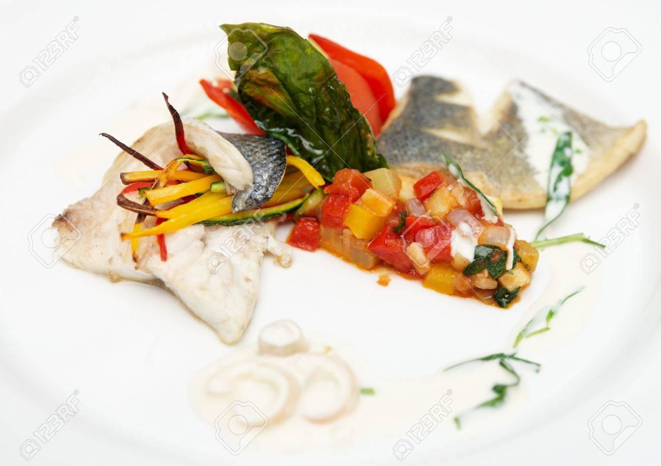 Piatto Di Alta Cucina Di Spigola Con Verdure Varie Foto Royalty ...