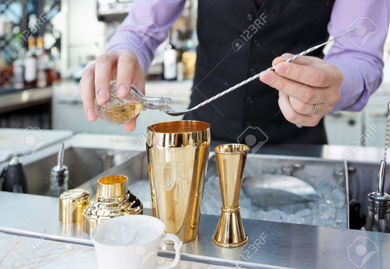 Bartender Ist Das Hinzufügen Von Zutaten Im Shaker Auf Bartheke ...