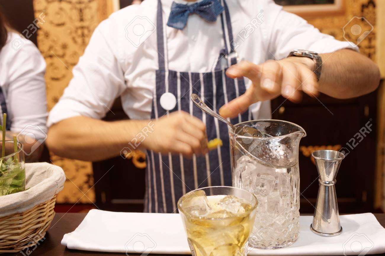 Bartender Macht Cocktail An Bartheke, Getönt Lizenzfreie Fotos ...