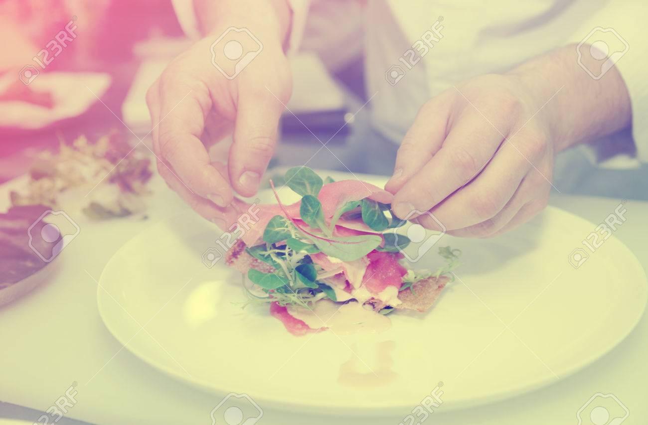 chef est cuit apéritif sur cuisine professionnelle, image teintée