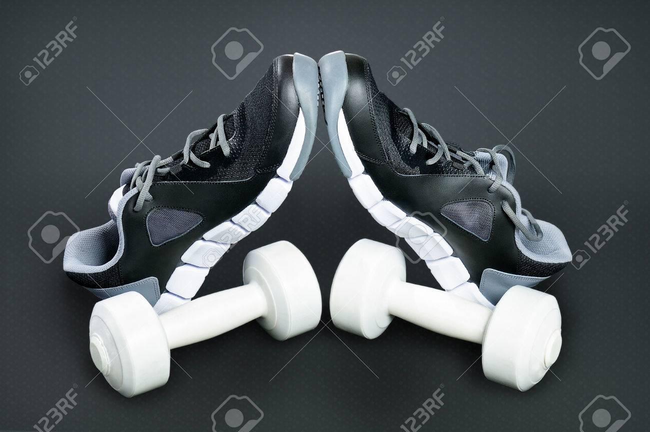 De Pesas Blanco Los Relativas Un Y Negro Oscuro Sí Deporte Pie Sobre Zapatillas Blancas Fondo Encuentran En Entre Se Talones kNwX8Pn0O