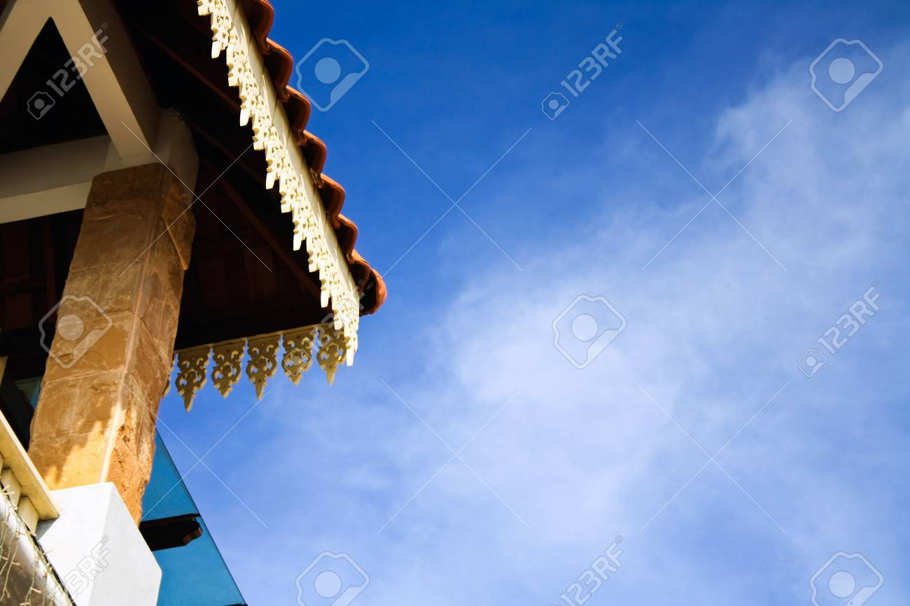 Partial roof carvings with the sky as background in kuala terengganu Stock Photo - 5127455