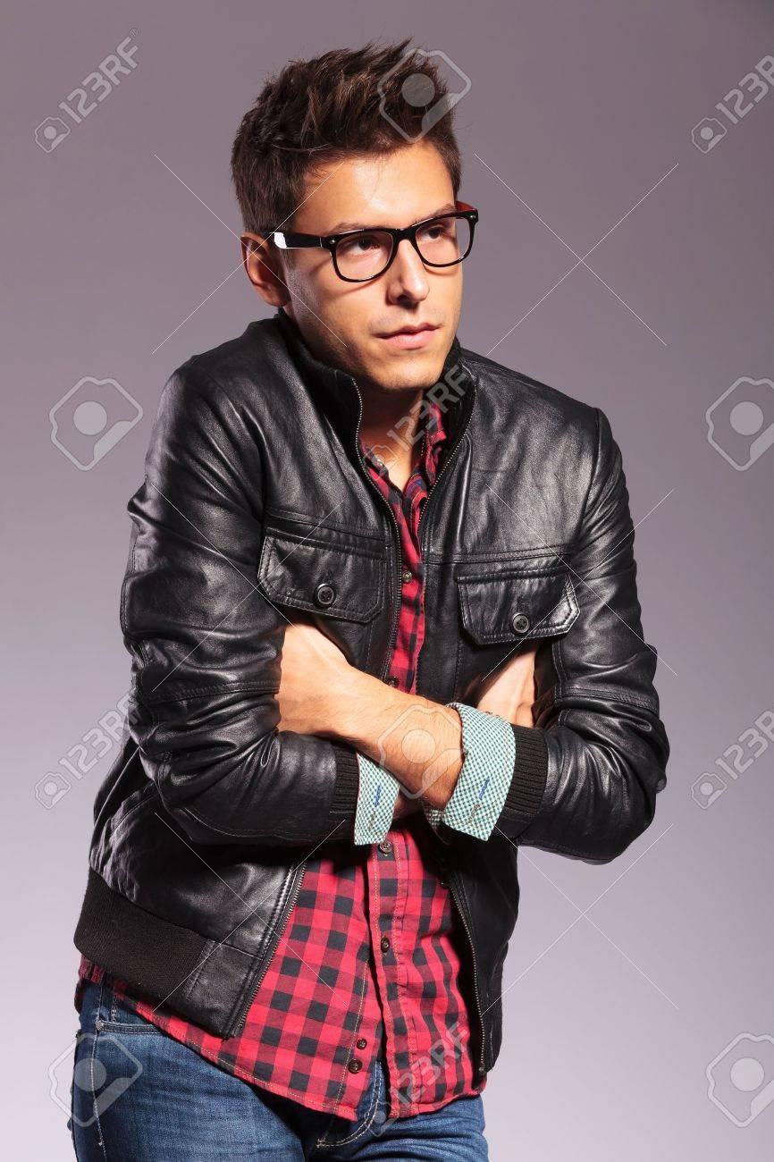 best cheap 04ae3 80727 Giovane uomo in giacca di pelle e jeans è essere freddo su uno sfondo grigio