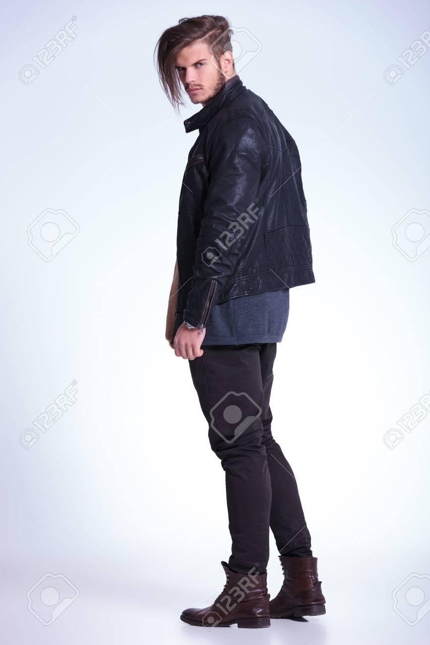 Chaqueta Posterior Una De Un Vista De Moda Hombre De Joven Con Cuero 7nR4OzwqR