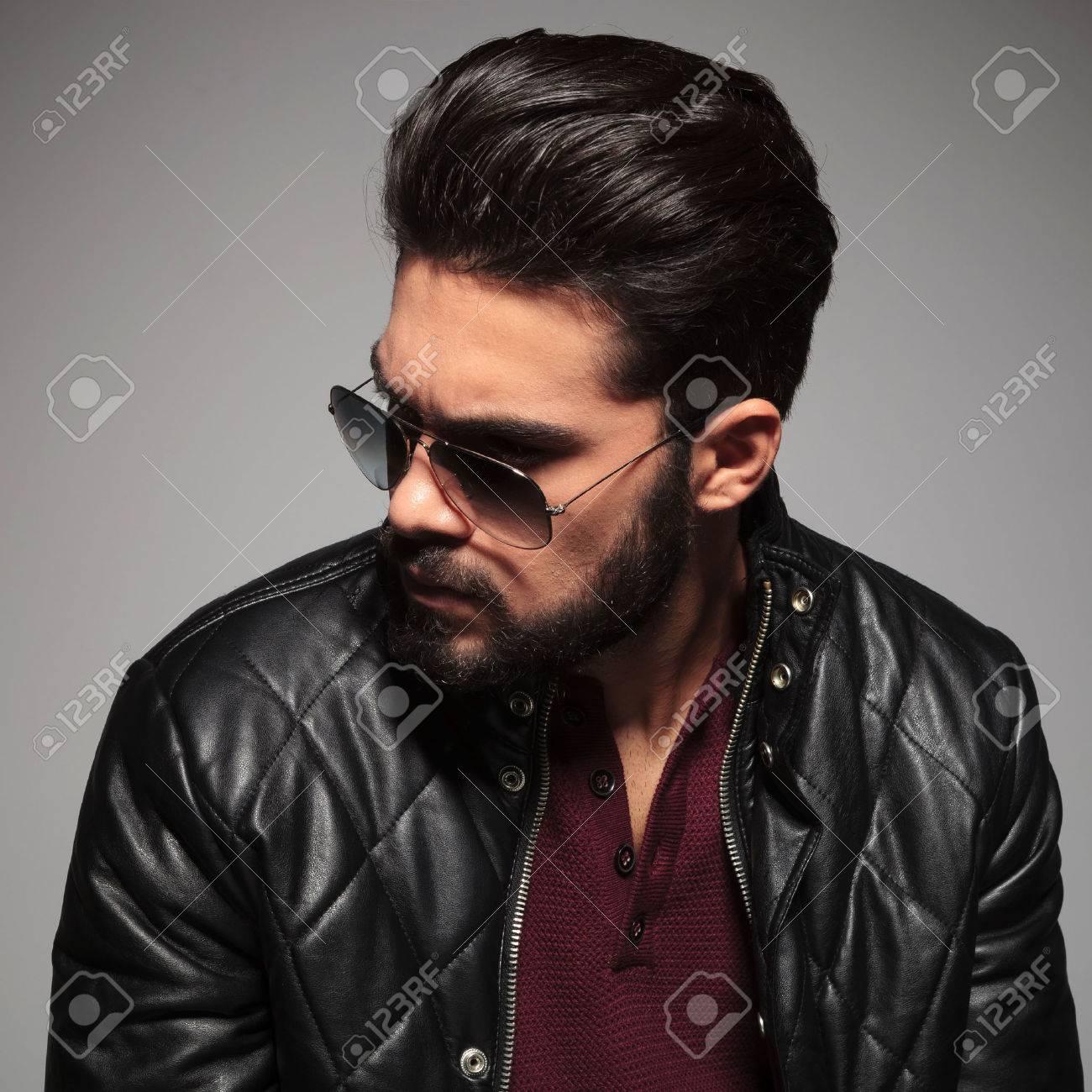 De Un Gafas Con Hombre Y Chaqueta Perfil Que Joven Cuero Sol P0Xnwk8O