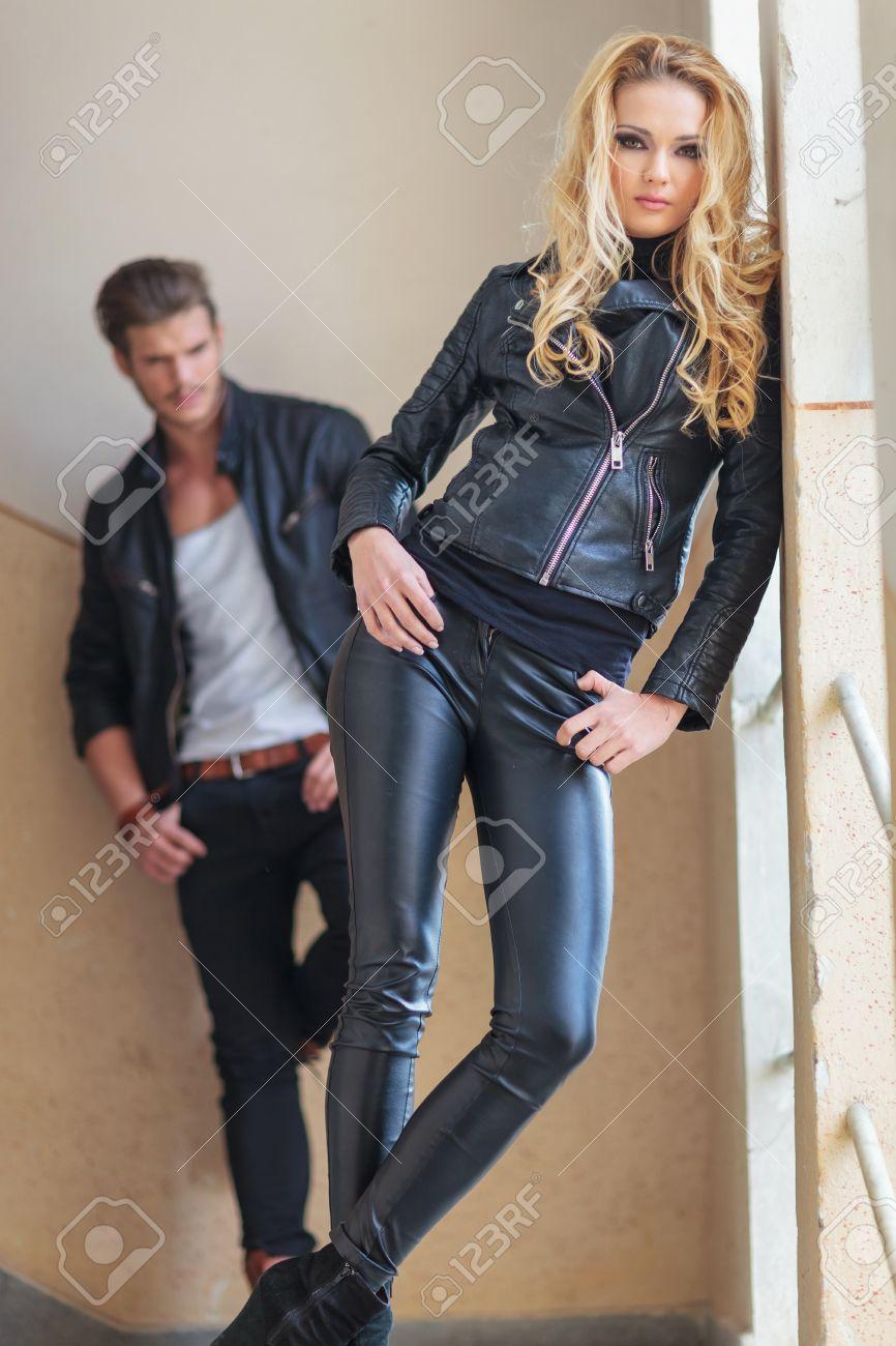 84ded4847693 Moda hombre y la mujer en la ropa de cuero posando para la cámara