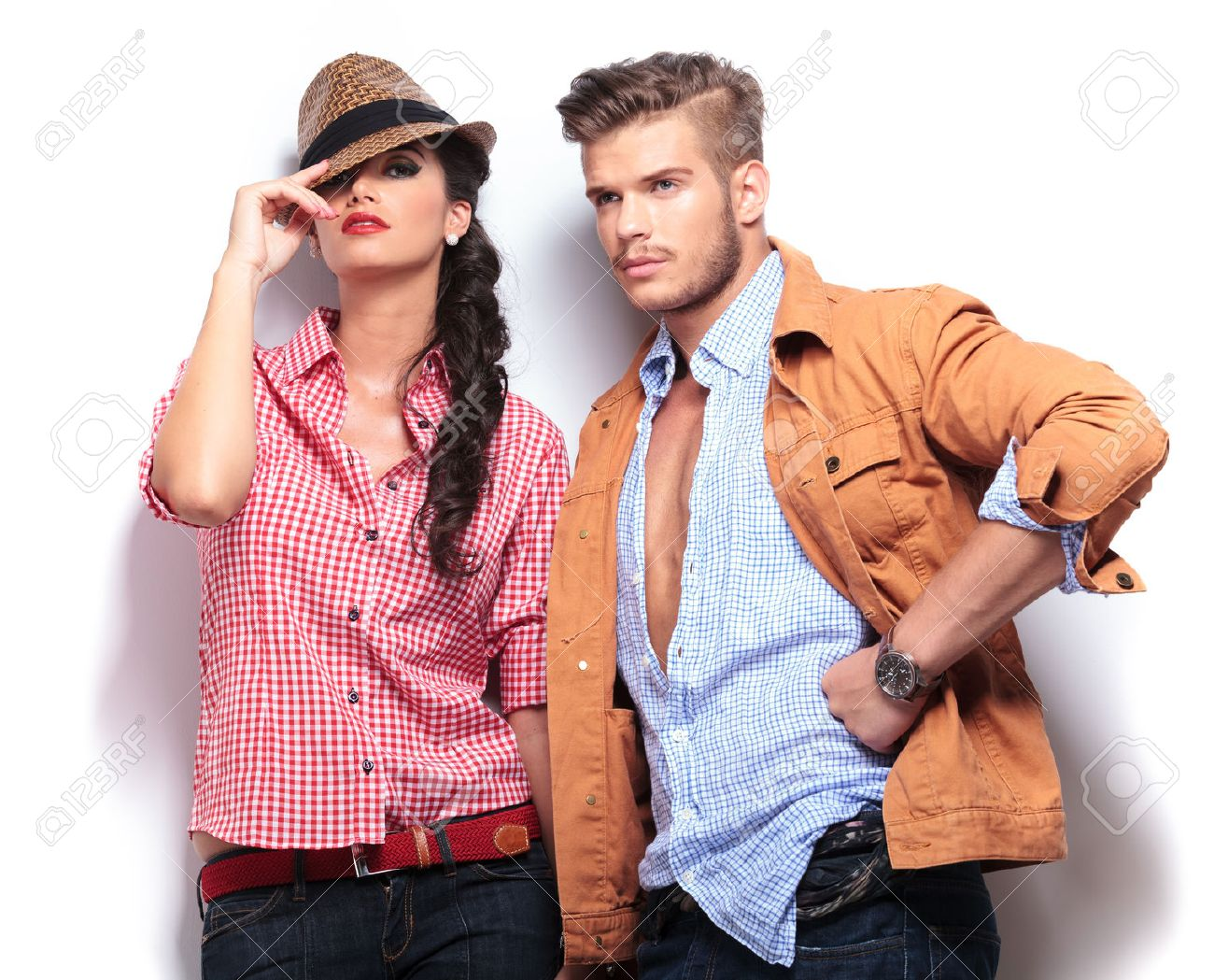 Beauté, physique, mode, style vestimentaire: et le chrétien dans tout ça ? 26220069-jeunes-mannequins-occasionnels-posant-dans-le-studio-femme-regardant-la-camaera-et-homme-regardant-l-Banque-d%27images
