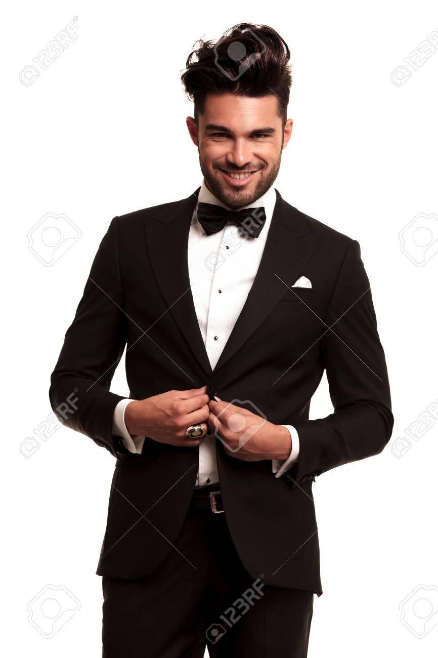 Feliz En El Abrigo Sonríe Abotonarse Y Smoking Joven Hombre Elegante qHPZvv